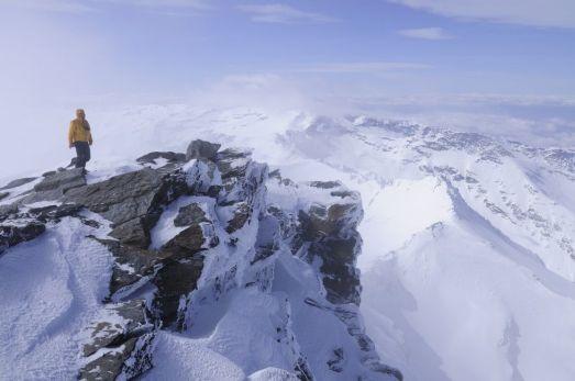 Mulhacén (3.482 metros). Sierra Nevada, Granada Uno de los mayores atractivos de la sierra de Granada es el Mulhacén, el pico más alto de la Península, seguido de cerca por el Veleta (3.384 metros) y otros como la Alcazaba (3.366 metros), el Cerro de los Machos (3.329 metros) o el Puntal de la Caldera (3.225 metros). Su cima ofrece una amplia vista del Estrecho, Salobreña, Motril, Granada y los barrancos de las Alpujarras. JEAN HEINTZ (GETTY)