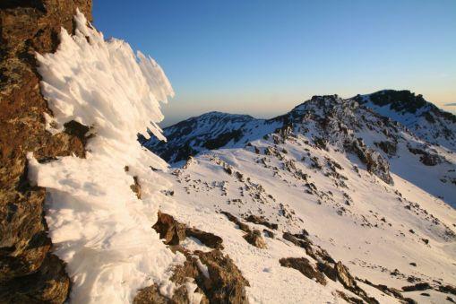 Veleta (3.398 metros). Sierra Nevada, Granada El Veleta, con 3.398 metros, alberga la pista de esquí más alta de España, con remontes que llevan a los esquiadores hasta los 3.250 metros, a un paso de la cumbre. Con casi tres kilómetros de longitud, la pista del Veleta se convierte durante la temporada de verano (de finales de junio a principios de septiembre) en un circuito de descenso para bicicletas todoterreno. FEARGUS COONEY (GETTY)