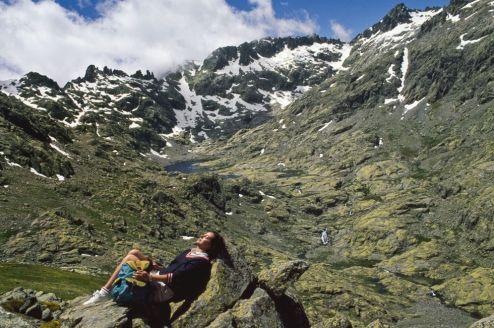 Almanzor (2.592 metros). Gredos, Ávila Las faldas del pico Almanzor, la cumbre más alta del Sistema Central, y las orillas de sus lagunas glaciares, en la sierra de Gredos, son el hábitat de las cabras montesas. A sus pies se abre el Circo de Gredos, un paisaje sorprendente de agujas y cuchillares de origen glaciar, a cuyos pies se desliza el agua hasta la hermosa laguna en el fondo del Circo. GONZALO AZUMENDI
