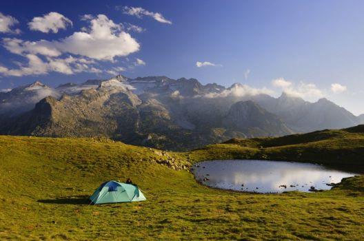 Maladeta (3.308 metros). Pirineos, Huesca El parque natural Posets-Maladeta, 33.267 hectáreas de terreno protegido en pleno Pirineo aragonés, dentro de los términos municipales de Benasque, Gistain, Montanuy, Sahún y San Juan de Plan, acoge uno de los ecosistemas de alta montaña más valiosos de la península Ibérica, coronado por el Aneto (3.404 metros), la cima más alta del Pirineo; por el Posets (3.375 metros), la segunda cumbre más alta de la cordillera, y por La Maladeta (3.308 metros). ORIOL ALAMANY (CORBIS)