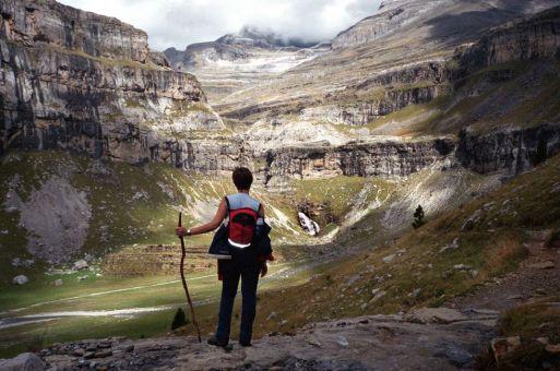 Monte Perdido (3.355 metros). Pirineos, Huesca Formado por una serie de valles y relieves de origen glaciar, el parque nacional de Ordesa cuenta con varias cimas que superan los 3.000 metros, con el Monte Perdido (cuyo pico, en el centro, está cubierto de nubes en esta foto), tan hermoso por su nombre como por sus 3.355 metros de altura. A sus bosques de hayas y coníferas se suma una variada flora y fauna. En verano, la afluencia de visitantes obliga a establecer un cupo diario de entradas al parque. ISAAC F. CALVO