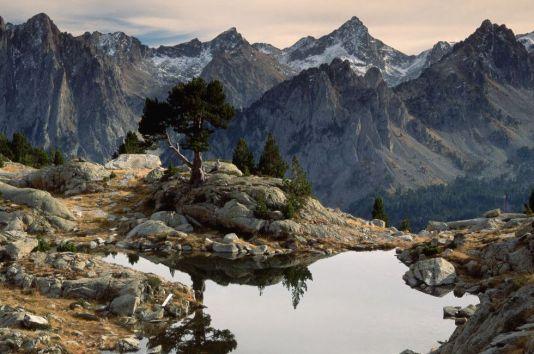 Els Encantats (2.748 metros). Pirineos, Lleida Moldeadas por los hielos de los glaciares, las rocas graníticas del parque nacional de Aigüestortes forman un extenso paisaje de cascadas, barrancos y más de 300 lagos, la mayor concentración de los Pirineos, enmarcados por las agujas gemelas de Els Encantats. ORIOL ALAMANY