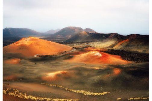 Montañas del Fuego (510 metros). Timanfaya, Lanzarote No están entra las más altas, pero sí entre las más asombrosas de España. Las montañas del Fuego, una cadena de volcanes en el parque nacional de Timanfaya, en Lanzarote, se pueden visitar en el autobús que parte del Islote de Hilario y llega hasta el mirador de la montaña Rajada, o bien por las rutas guiada y gratuitas de Tremesana o del Litoral (previa reserva). (GETTY)