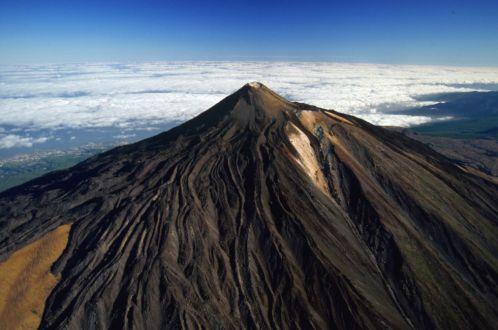 Teide (3.718 metros). Tenerife, Canarias En los días despejados, desde la cumbre del Teide se pueden ver todas las islas del archipiélago canario (algunos dicen que hasta la mítica, fantasmal San Borondón). La ascensión al volcán, la cota más alta del territorio español, se puede hacer en el teleférico que sube hasta La Rambleta, o a pie desde Montaña Blanca, entre coladas de lava y lechos de picón. (CORBIS)