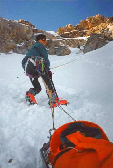 En el pirineo aragonés. El subteniente Miguel Domínguez durante una progresión en camilla sobre la nieve. Ha servido 42 años en el Grupo de Rescate Especial e Intervención en Montaña (Greim) de Boltaña (Huesca) y ha realizado más de 1.000 intervenciones. GUARDIA CIVIL