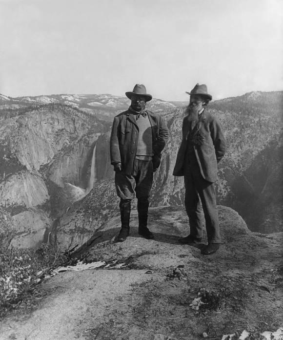 El presidente Theodore Roosevelt (izquierda) y el naturalista John Muir en Glacier Point, parque nacional Yosemite, EEUU.